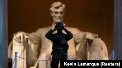 Военнослужащий США перед Мемориалом Линкольну