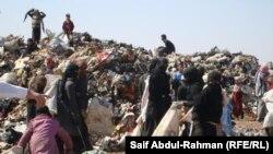نساء عراقيات يبحثن في القمامة