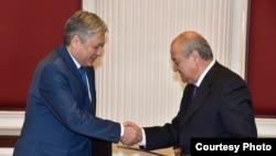 Главы МИД Узбекистана и Кыргызстана Абдулазиз Камилов (справа) и Эрлан Абдылдаев. Архивное фото.