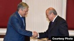 Министр иностранных дел Узбекистана Абдулазиз Камилов (справа) и министр иностранных дел Кыргызстана Эрлан Абдылдаев. Ташкент, 19 октября 2016 года. Фото взято с сайта МИД УзР.