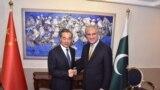 د چین د بهرنیو چارو وزیر وانګ يي له خپل پاکستاني سیال شاه محمود قریشي سره ګوري - انځور له ارشیفه.