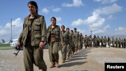 در این تصویر نیروهای پکک در نزدیکی یکی از پایگاههای این گروه در سلیمانیه عراق دیده میشوند