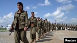 مقاتلون من حزب العمال الكردستاني التركي في طريقهم الى معسكر لهم في محافظة السليمانية (21 آذار 2015)