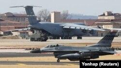 Американський винищувач F-16 на авіабазі США в Південній Кореї