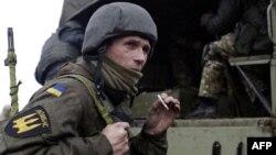 Бійці добровольчого батальйону «Донбас» під час військових навчань неподалік Маріуполя. 1 квітня 2015 року