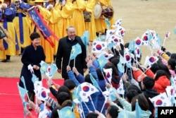 Президента Южной Кореи Пак Кын Хе и президента Казахстана Нурсултана Назарбаева приветствуют школьники. Сеул, 10 ноября 2016 года.