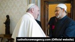 Papa Francis şeyx Ahmed Muhammad Al-Tayyiblə görüşür