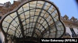 """Marchiza în stil Art Nouveau la intrarea în Palatul Cantacuzino-Muzeul Național """"George Enescu"""""""