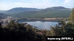 Озеро, образовавшееся на месте карьера у горы Гасфорта