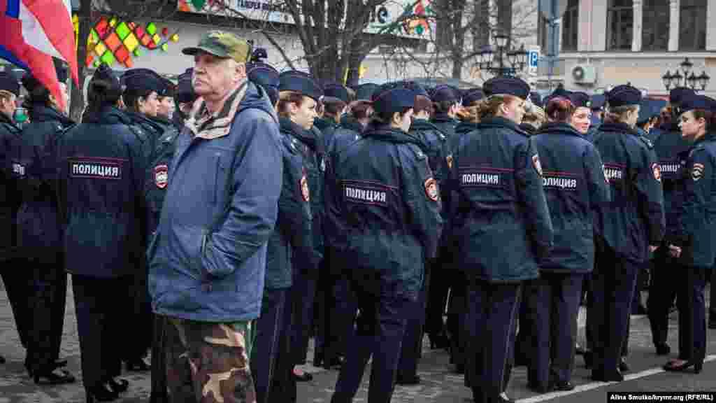 Полицейские на митинге так же в колонне
