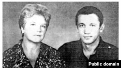Дисидент Валерій Марченко поруч зі своєю матір'ю Ніною