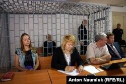 В зале суда. Справа налево: адвокаты Илья Новиков, Докка Ицлаев и Марина Дубровина