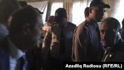 Polis müsavatçıları görüş keçirdikləri zaldan çıxarır, 5 oktyabr 2019
