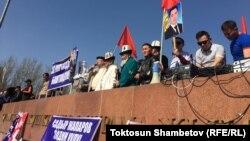 Садыр Жапаровду бошотууну талап кылган митингди Каныбек Осмоналиев алып барган. Бишкек шаары. 2-март, 2020-жыл.