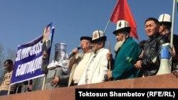 Митинг в поддержку Садыра Жапарова. Каныбек Осмоналиев с микрофоном.