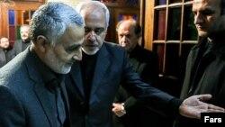 محمد جواد ظریف، وزیر خارجه و قاسم سلیمانی، فرمانده نیروی قدس سپاه پاسداران (نفر اول از چپ)