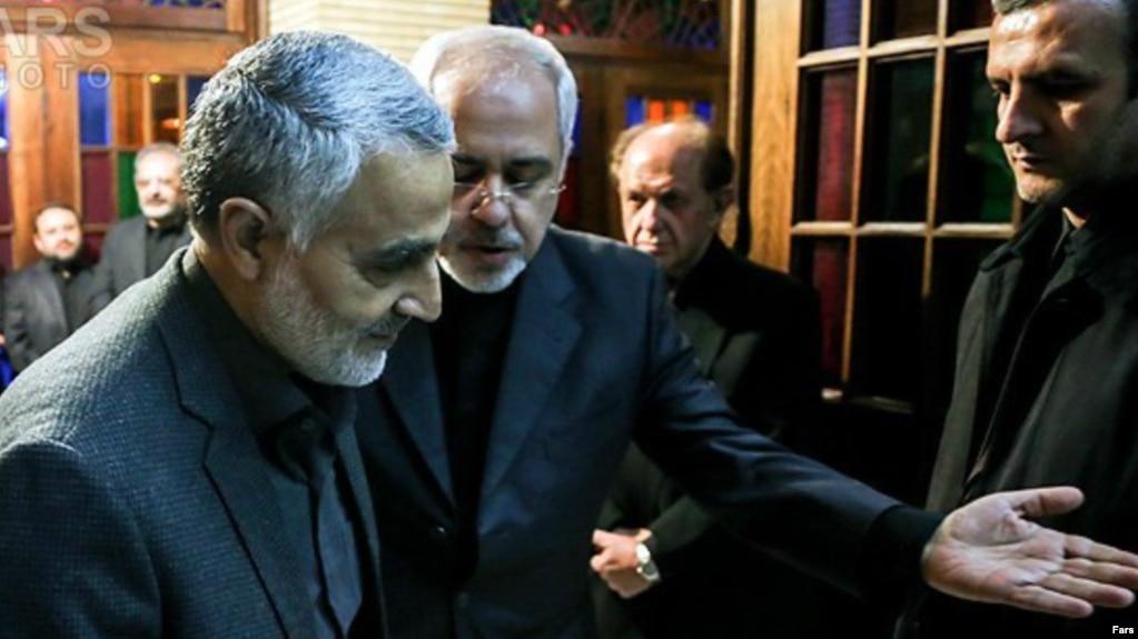 محمدجواد ظریف (وسط) وزیر خارجه ایران و قاسم سلیمانی، فرمانده سابق نیروی قدس سپاه