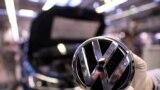 Logo-ul companiei Volkswagen (REUTERS/Fabian Bimmer)