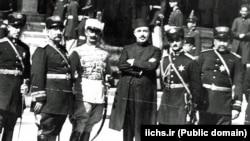 شماری از رجال دوران رضاشاه، از جمله تیمورتاش (وسط)