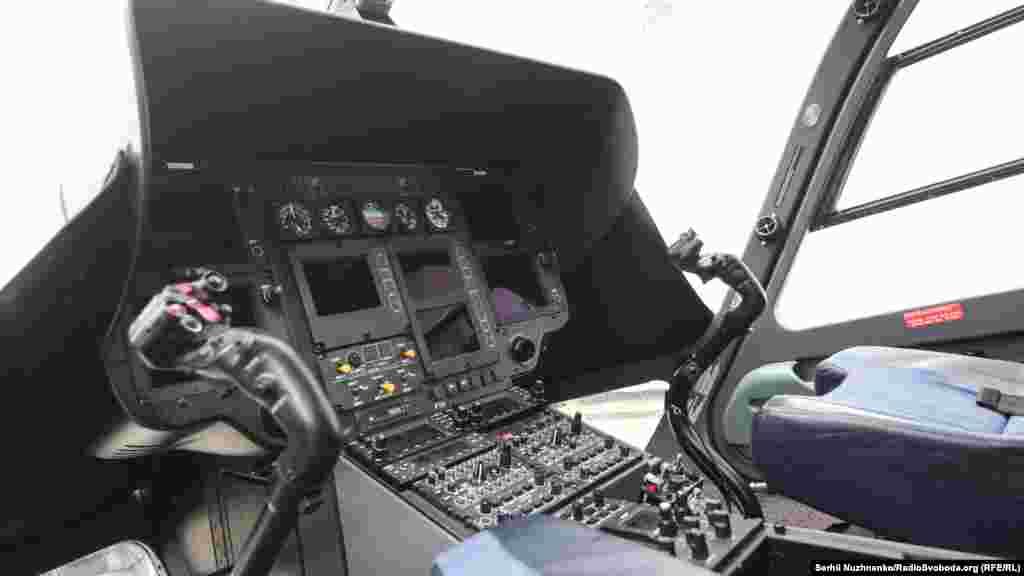 У кабіні вертольота ЄС-145 «Єврокоптер»