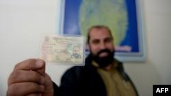پاکستان کې میشت یو افغان کډوال د نوي کارت سره