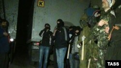 Про-російські активісти біля військової частини у Маріуполі, 16 квітня 2014 року