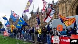 Activiști pro-Brexit demonstrînd astăzi în fața Parlamentului la Londra