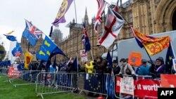 Brexit tərəfdarları parlamentin binası qarşısında aksiya keçirirdilər