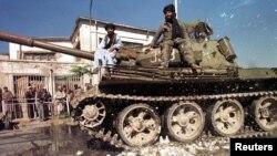 Talibanët në një tank në rrugët e Kabulit (Foto nga arkivi)