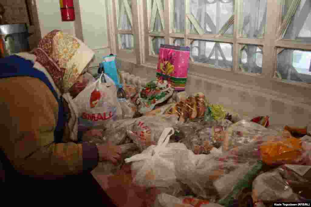Добровольные приношения от прихожан в день Рождества. Алматы, 7 января 2014 года.