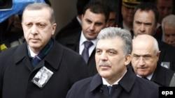 Президент Турции Абдулла Гюль (справа) и премьер-министр этой страны Реджеп Эрдоган на похоронах бывшего лидера самопровозглашенной Турецкой республики Северного Кипра Рауфа Денкташа в разделенной столице Кипра Никосии, 17 января 2012 г.