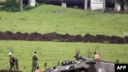 На фото: Поти, 20 августа. Российские миротворцы окапывают боевую технику