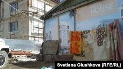 Дом у строящегося здания в Астане. Иллюстративное фото.