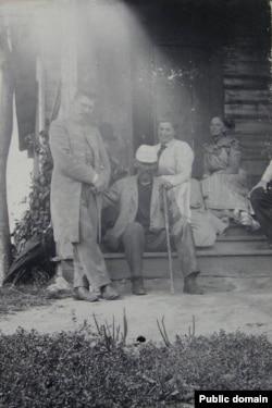 Францішак Багушэвіч разам з З. Нагродзкім і роднымі ў Кушлянах. 1899 год