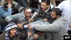Участники антиправительственного протеста дерутся со сторонниками президента Египта Хосни Мубарака. Каир, 3 февраля 2011 года.