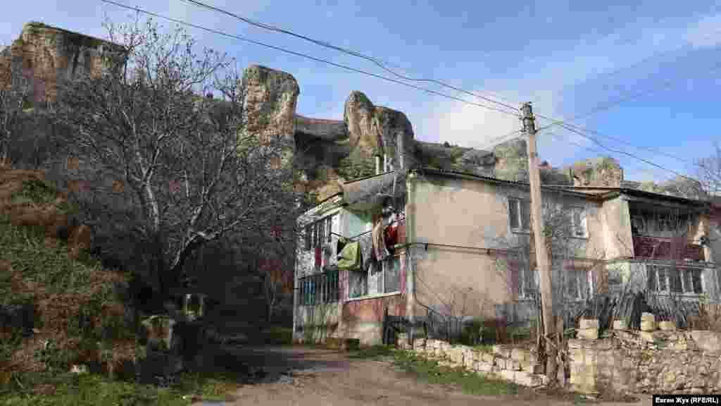 Один із побудованих за радянських часів двоповерхових будинків, також у селі є три п'ятиповерхівки