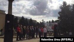 Steaguri roșii, nori negri și retorică socialistă moldovenească