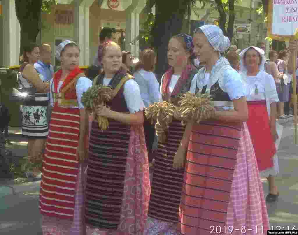 Devojke sa buketima pšenice