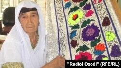 Ҳалима Раҳимова, сокини 70 солаи деҳаи Қаратоғи ноҳияи Турсунзода.