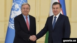 Президент Узбекистана Шавкат Мирзияев (справа) и генеральный секретарь ООН Антониу Гутерриш. Самарканд, 10 июня 2017 года.