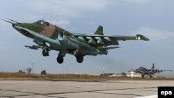 Российский штурмовик Су-25 вылетает на боевое задание с российской базы вблизи Латакии