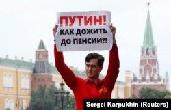 Під час акції протесту в Росії проти підвищення пенсійного віку. Москва, 19 липня 2018 року