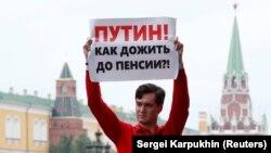 Участник акции против повышения пенсионного возраста (архивное фото)