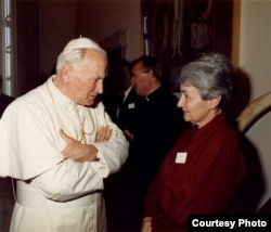 Эльжбета Смулкова і папа Ян Павел Другі. Рым, 1990
