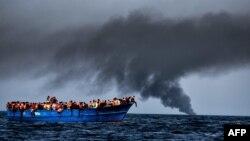 Pamje e migrantëve në një anije në Detin Mesdhe, më 3 tetor të këtij viti