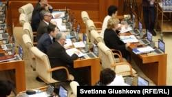 Депутаты нижней палаты парламента Казахстана. 18 февраля 2015 года.