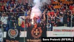 Divljanje navijača na utakmici Crna Gora - Rusija