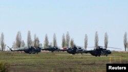 Российские военные вертолеты в поселке Северный Белгородской области, в нескольких километрах от украинской границы