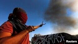 Демонстрант із саморобною «зброєю» на площі Таксім у Стамбулі, 11 червня 2013 року