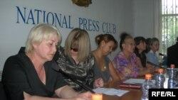 Жены пропавших топ-менеджеров «Казатомпрома» проводят пресс-конференцию. Алматы, 1 июня 2009 года.